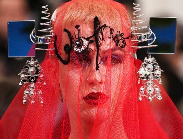 Detalle del tocado y el velo de la cantante Katy Perry en la alfombra roja de la gala del Met