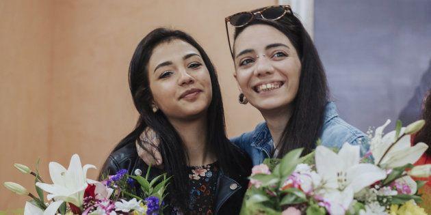 La joven hispano-argentina María Jimena Rico (d) se abraza a su novia Shaza Ismail, de nacionalidad egipcia,...