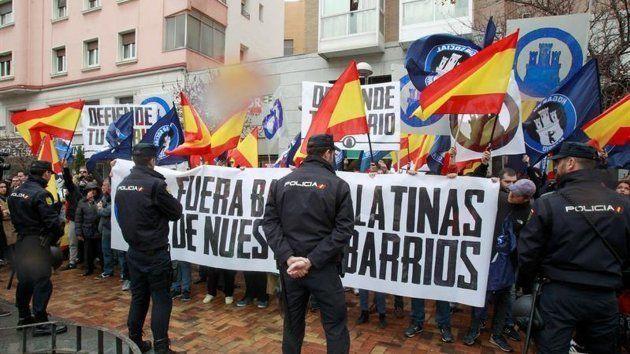 Miembros de Hogar Social de Madrid se concentran en el barrio de Tetuán para protestar contra las bandas...