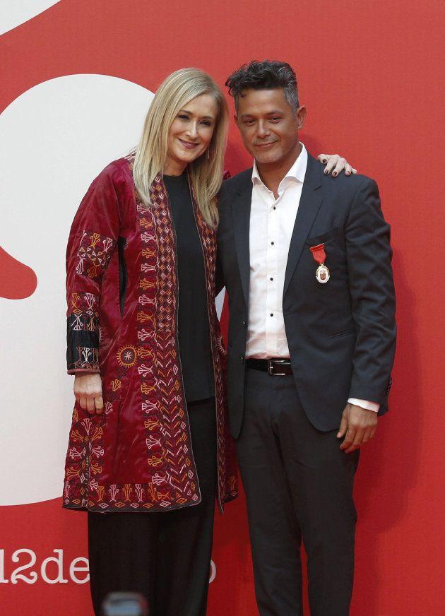 La presidenta regional Cristina Cifuentes posa con el cantante Alejandro Sanz tras hacerle entrega de...