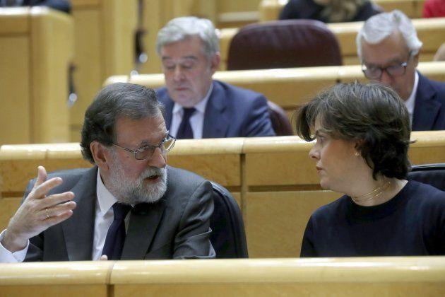 Mariano Rajoy conversa con la vicepresidenta del Gobierno, Soraya Sáenz de Santamaría este martes en...