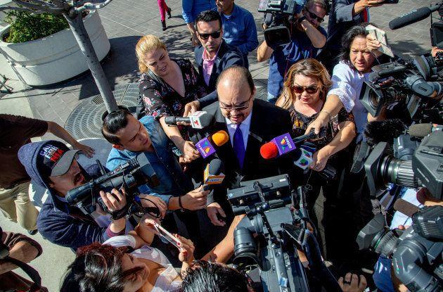 El abogado del cantante Luis Miguel, Kris Demirjian, ante los medios a su salida del tribunal californiano...