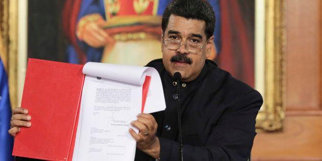 El presidente de Venezuela, Nicolás Maduro, muestra el documento del decreto que llama a la Asamblea