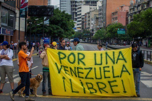 Manifestantes contra la convocatoria de Maduro, ayer en