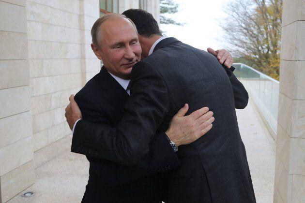 Putin abraza a su homólogo sirio, Bashar Al