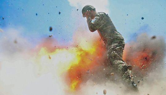 Una fotógrafa militar captura el momento en el que una explosión le quita la