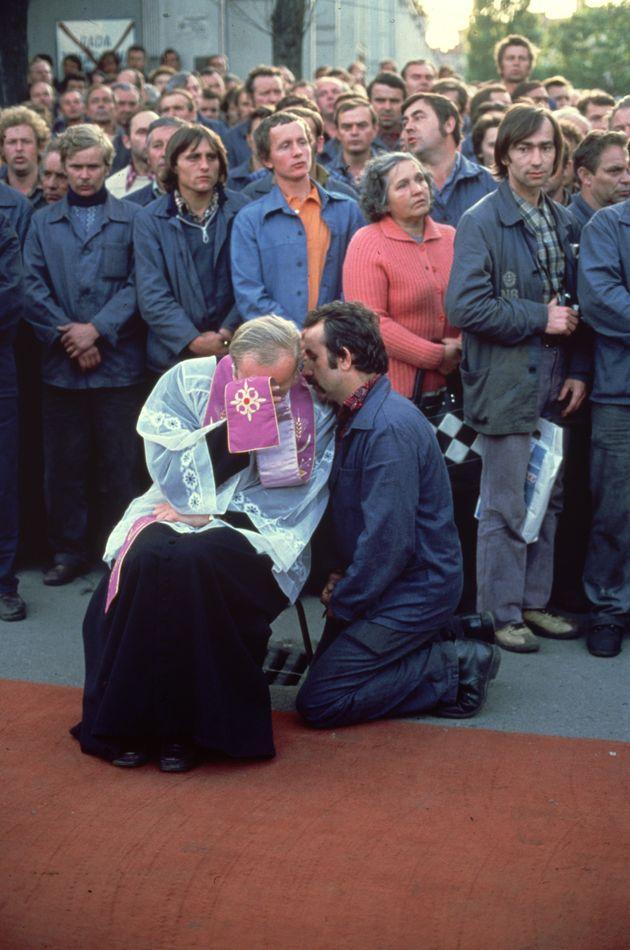 Agosto 1980: en Gdansk (Polonia), un miembro del sindicato Solidaridad, se confiesa durante una misa...