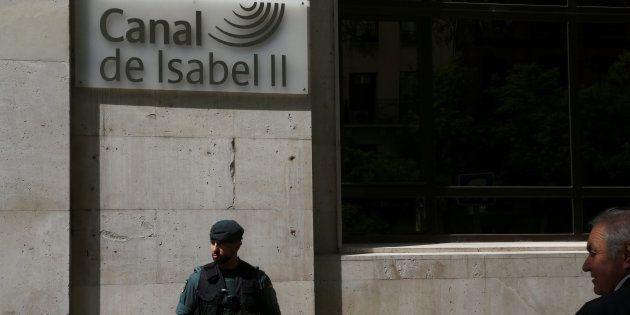 Un guardia civil custodia la puerta de la sede del Canal de Isabel II. REUTERS/Susana