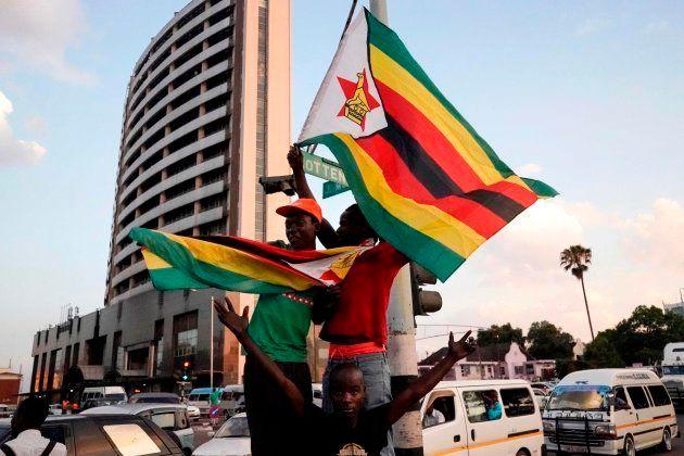 La gente celebra la renuncia de Mugabe después de 37 años en el