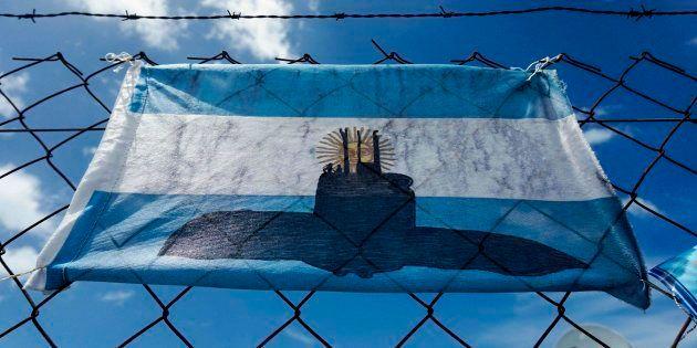 Una bandera argentina con el dibujo del submarino