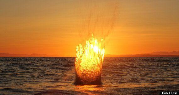 La foto de Rob Leslie del impacto de una piedra en el océano durante la puesta de sol se hace viral (FOTO,