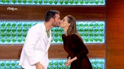 El nuevo y profético beso de Eva González y Saúl Craviotto en