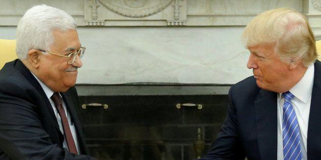 Donald Trump y Mahmud Abbas se dan la mano antes de su entrevista en el Despacho Oval de la Casa Blanca,...