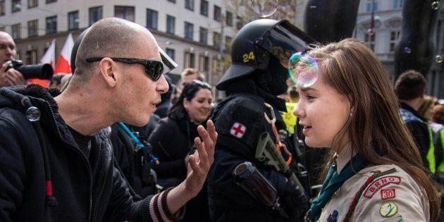 La imagen de la scout y el neonazi, obra de Vladimir