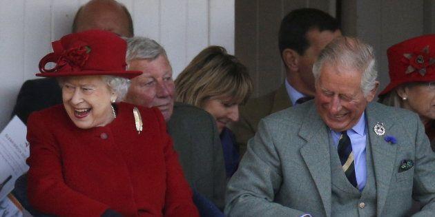 Isabel II y el príncipe Carlos en Escocia en septiembre de
