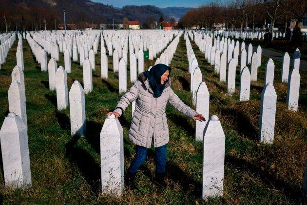 Una mujer en el memorial cerca de