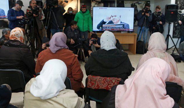 Varias mujeres de Srebrenica siguen por televisión el