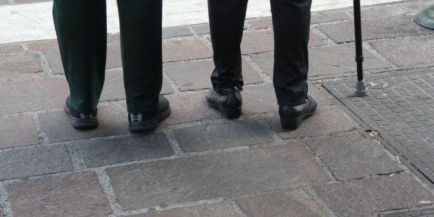 Una pareja de ancianos, caminando por la calle en una imagen de