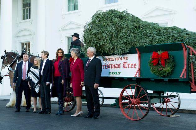 Melania y su hijo reciben el árbol para la Casa