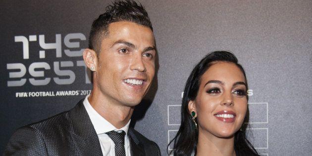 El futbolista Cristiano Ronaldo y su pareja, Georgina Rodríguez, en los premios FIFA 2017 en Londres...