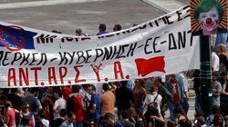 Así han recibido miles de griegos a Merkel