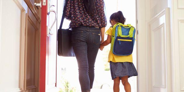 Una madre y su hija, saliendo de