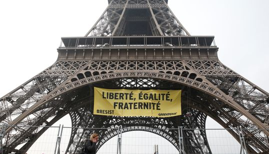 Greenpeace se cuelga de la Torre Eiffel para boicotear a Marine Le