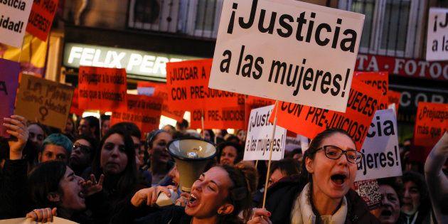 Un grupo de manifestantes en apoyo de la víctima de La Manada de Pamplona, el pasado 17 de noviembre,...