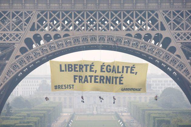 Greenpeace cuelga una pancarta de la torre Eiffel contra el Frente