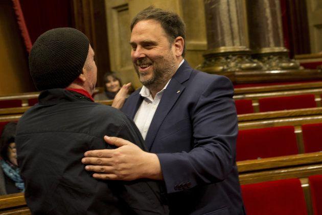 El vicepresidente del Govern, Oriol Junqueras (derecha), saluda al saluda al diputado de JxSí Lluís Llach,...