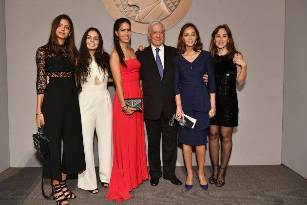 Aitana, Ariadna y Josefina Vargas Llosa con su abuelo, Mario Vargas Llosa, su pareja, Isabel Preysler,...