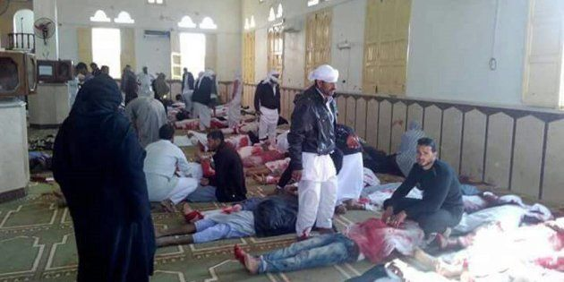 Varias personas permanecen junto a cuerpos sin vida en el interior una mezquita contra la que se ha perpetrado...