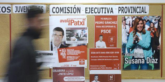 Carteles en la sede del PSOE de