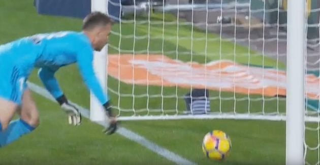Indignación con el árbitro del Valencia-Barça por lo que todo el mundo