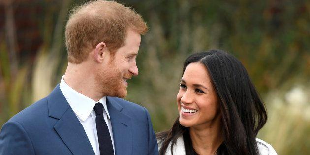 El príncipe Enrique posa con su prometida, Meghan Markle, en los jardines del palacio de Kensington Palace,...