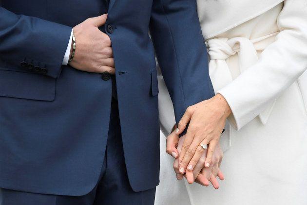 El príncipe Harry y Meghan Markle posan en el Palacio de Kensington, en Londres, con motivo de su pedida,...