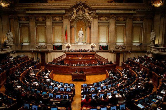 Vista general del Parlamento portugués, este lunes, durante el debate de