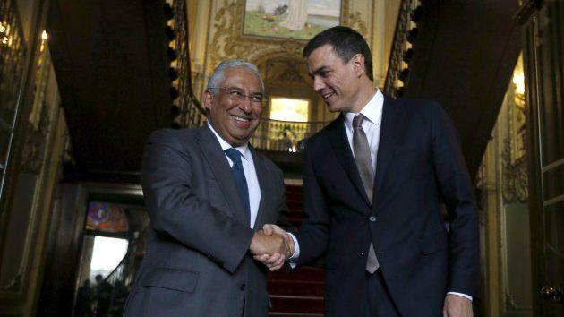 Antonio Costa, primer ministro luso, con el líder del PSOE, Pedro Sánchez, durante un encuentro en Lisboa...