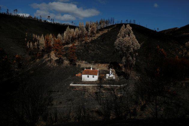 Un santuario, que se salvó del fuego, rodeado de tierra quemada en la villa de Serta, el pasado