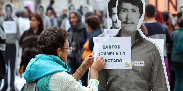 Protesta en Bogotá pidiendo que se cumpla lo pactado en el acuerdo de paz, durante el primer aniversario...