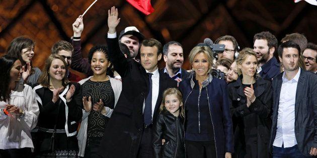 El presidente electo de Francia, Emmanuel Macron, celebra junto a su mujer, Brigitte Trogneux, su victoria...
