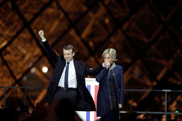 Emmanuel Macron, junto a su mujer Brigitte Trogneux, tras conocerse los resultados de las elecciones...
