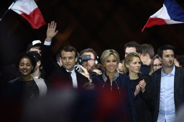 Emmanuel Macron, Brigitte Trogneux, su hija Tiphaine Auzière (segunda por la derecha) y el marido de...