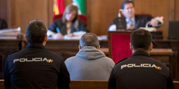 Francisco Morillo Suárez, sentado hoy entre dos policías, esta mañana en el inicio del juicio en su contra...