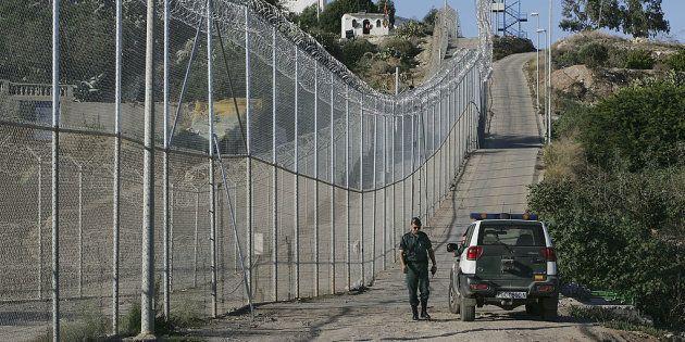 Unos cien inmigrantes saltan la valla de