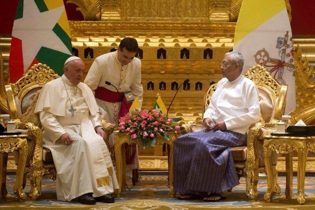 El presidente birmano, Htin Kyaw, recibe al papa Francisco en el Palacio