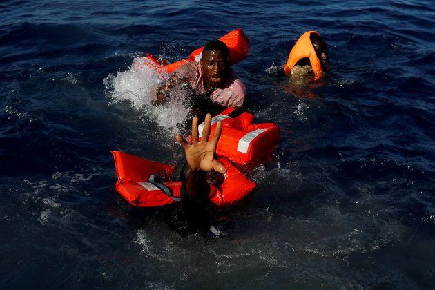 Varios náufragos tratan de mantenerse a flote mientras los rescatan las autoridades de Malta, a 15 millas...