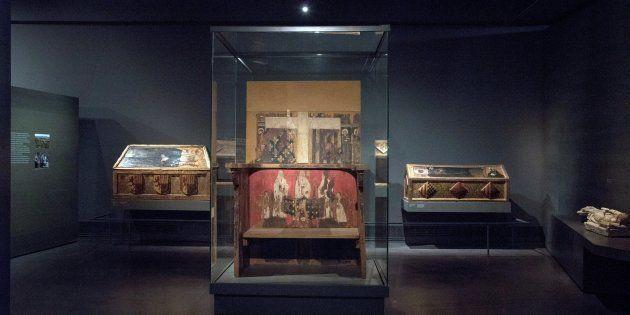 Vista de las cajas sepulcrales y el trono de Blanca de Aragón y Anjou en el Museo Diocesano de Lleida,...