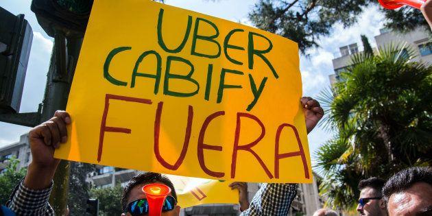 Un taxista protesta en Madrid contra Uber y Cabify. Marcos del Mazo/LightRocket/Getty