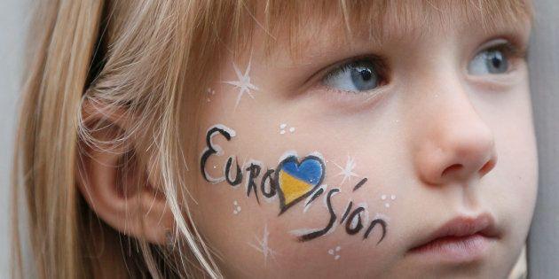 Una niña observa una actuación en la zona de fans de Eurovisión el 4 de mayo de
